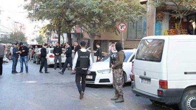 Adliye önünde silahlı çatışma